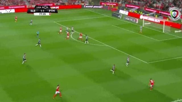 Golo fantástico de André Almeida desbloqueia o jogo na Luz