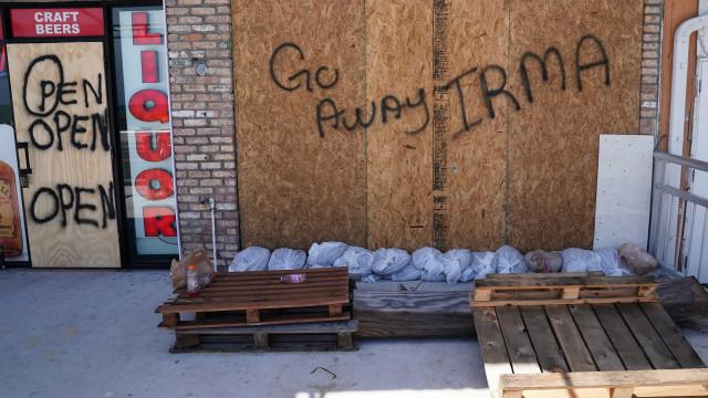 "Florida está a desafiar furacão. ""Vai-te lixar, Irma"", pode ler-se"
