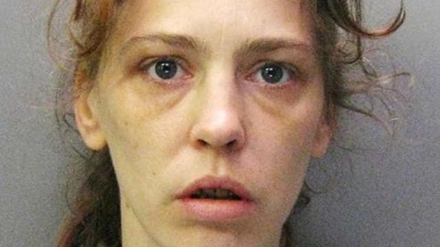 Mulher detida por transportar corpo de amigo em scooter