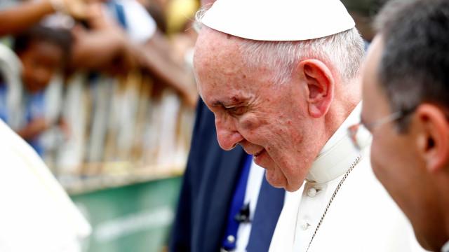 Papa Francisco corta-se no vidro do papamóvel durante visita na Colômbia