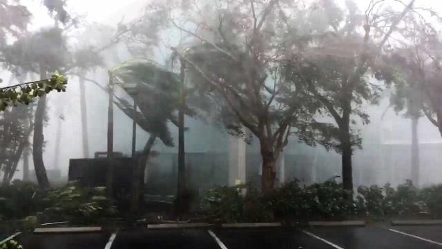 Jornalistas captam momento em que olho do furacão passou por Naples