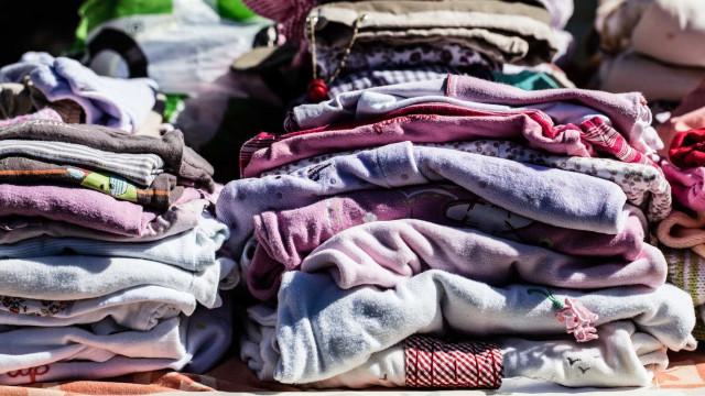 Apreendidas em feira centenas de roupa e calçado contrafeitos