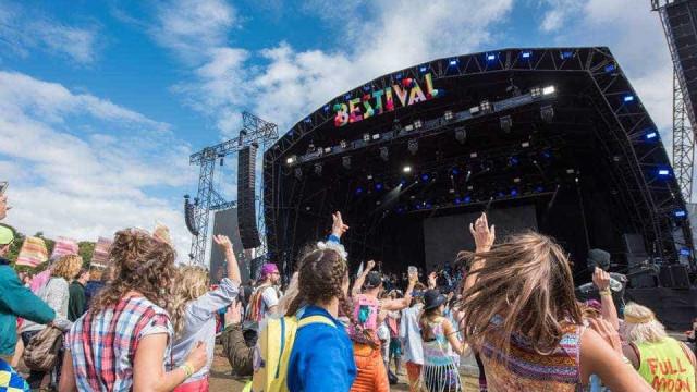 Mulher assassinada em festival de música britânico