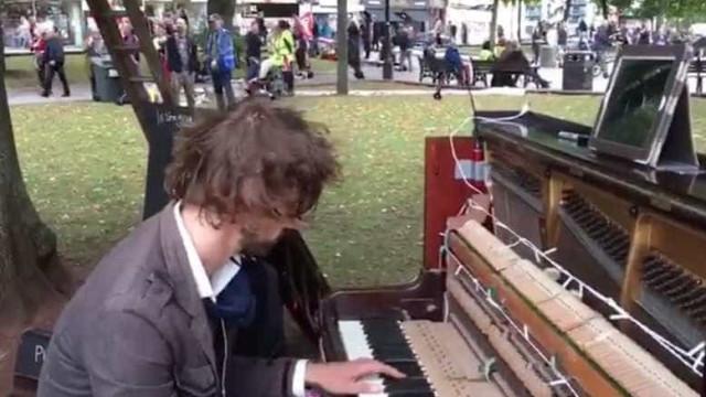 Promete tocar piano até que a ex-namorada lhe dê uma nova oportunidade
