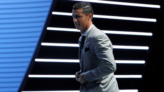 Ao lado dos filhos, Cristiano Ronaldo relembra o pai em dia especial