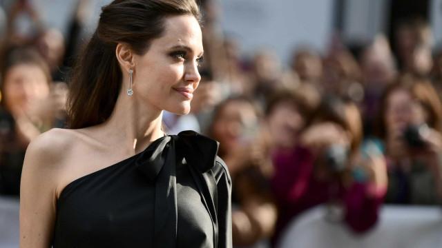 Angelina Jolie espalha elegância na companhia dos filhos