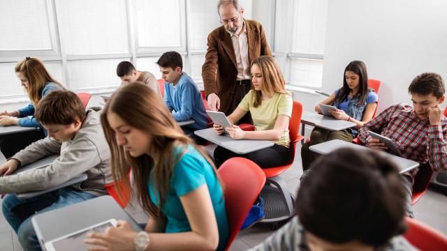 Metade dos alunos reprova, pelo menos um ano, no ensino secundário