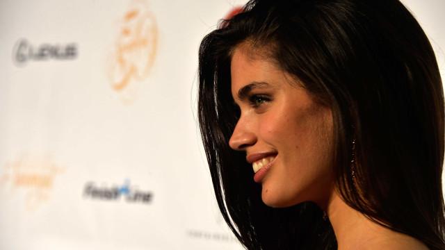 Sara Sampaio dá nas vistas com seios à mostra em desfile de moda