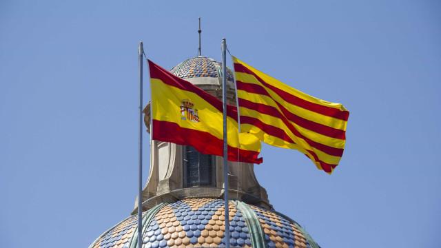 Wikipédia 'louca'. Catalunha é independente, região autónoma ou país?