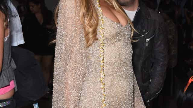 Paris Hilton em lágrimas ao perceber que perdeu o anel de noivado