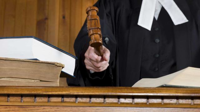Prisão preventiva para pai suspeito de matar a tiro o filho em Sesimbra