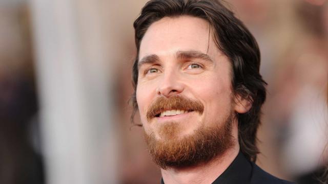 Após mudança, Christian Bale exibe novo visual em Festival de Cinema