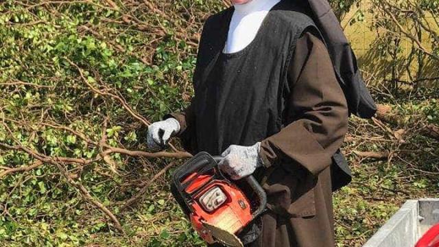Vídeo de freira a cortar árvore com serra-elétrica torna-se viral