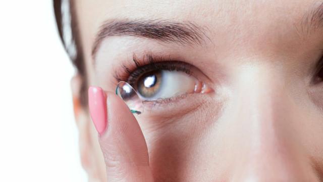 Usar lentes de contacto durante o duche? Jamais