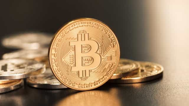 Moeda virtual 'bitcoin' aproxima-se do recorde de 10.000 dólares