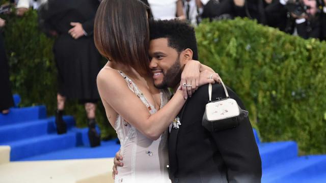 The Weeknd estava com Selena Gomez quando os rins falharam