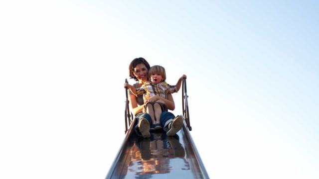 Nunca ande em escorregas com o seu filho ao colo