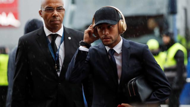 Homenagem de Neymar a Stephen Hawking gera polémica na internet