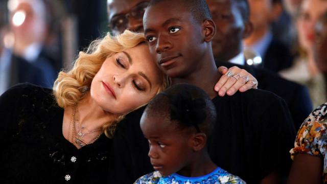 Madonna reúne filhos à volta de piano para momento musical
