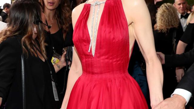 Nicole Kidman beija colega de cena em frente ao marido