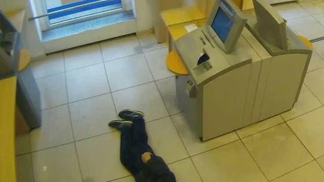 Três pessoas que ignoraram idoso no chão foram multadas. Homem morreu