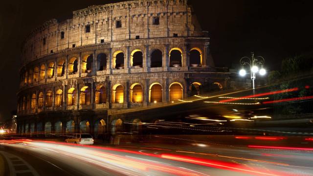 Turista grava inicial no Coliseu de Roma e acaba acusado de vandalismo