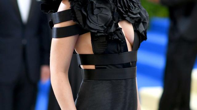 Atriz de '50 Sombras de Grey' posa sem lingerie com vestido transparente