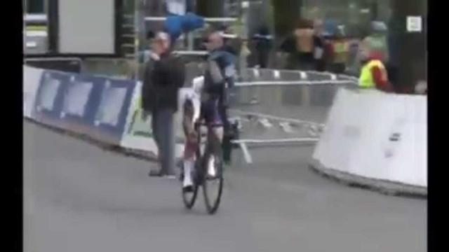 Lauren Dolan termina prova de ciclismo com rasgões na perna