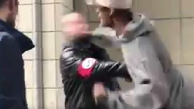 Homem de suástica no braço é agredido no meio da rua