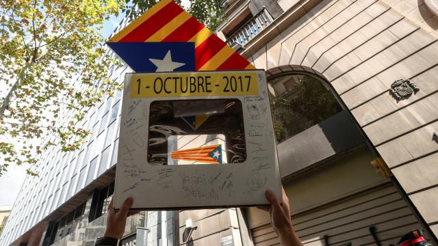 Catalunha lança processo rumo à independência, Madrid rejeita referendo