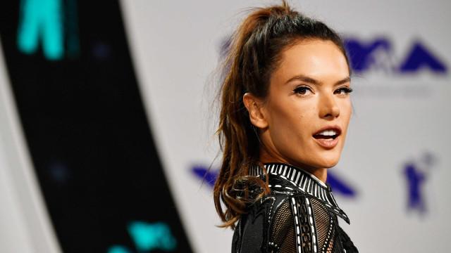 Alessandra Ambrosio chama a atenção com 'vestido invisível'
