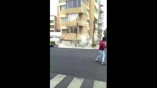 Captado em vídeo o momento exato em que um edifício colapsa