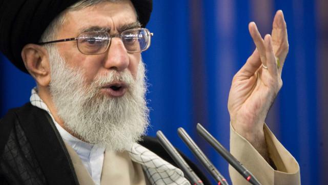 """Líder supremo do Irão diz que Trump """"desacreditou"""" prestígio dos EUA"""