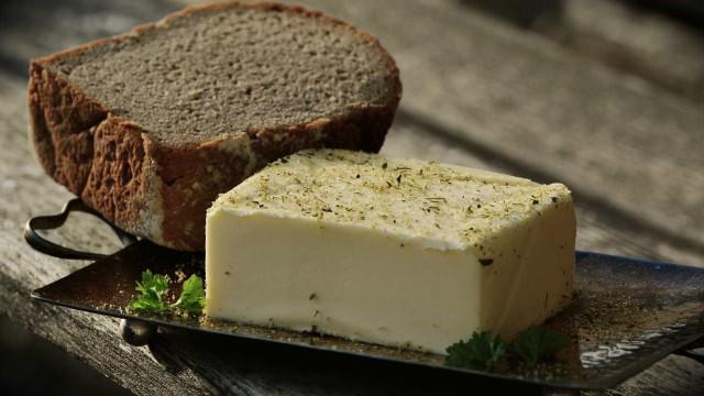 Cinco minutos e dois ingredientes. Aprenda a fazer manteiga