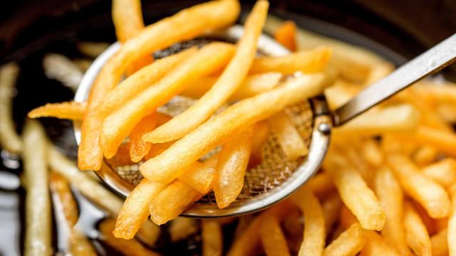 Vai fritar batatas? Eis como saber se o óleo está quente o suficiente