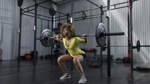 Três exercícios que deve evitar se sofre de dores lombares
