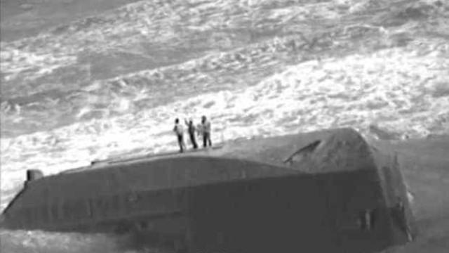 Filmado momento de resgate de mãe e filhos presos em barco afundado