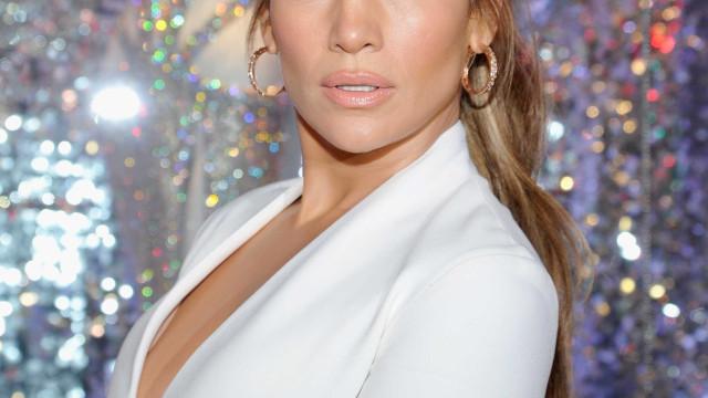 Jennifer Lopez saiu para jantar... e acabou por atuar em cima de uma mesa