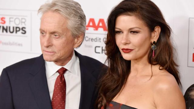 Catherine Zeta-Jones 'troca marido' por sogro