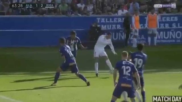 A sorte não quer nada com Ronaldo: Seria um golaço... não fosse o poste