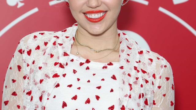 Corações e transparências: O look que deixou as cuecas de Miley à mostra