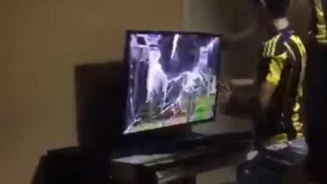 Adepto do Fenerbahçe irritou-se e partiu televisão ao soco