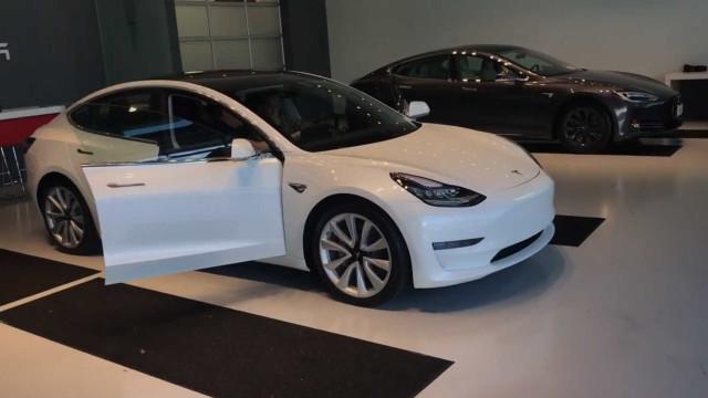 Vídeo mostra detalhadamente o painel de controlo do Tesla Model 3