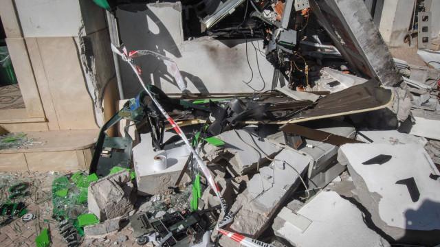 Explosão destrói Multibanco e danifica edifícios e veículos