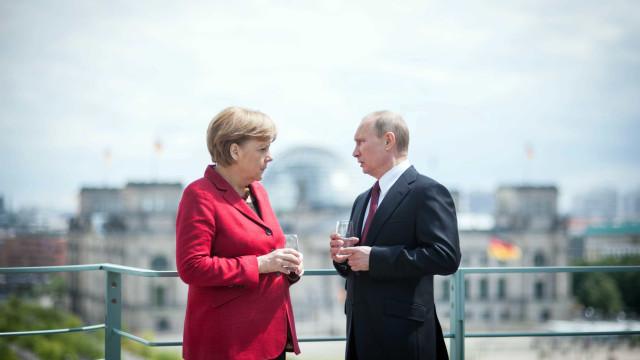 """Merkel e Putin coincidem sobre Ucrânia e Síria. Hora de """"retomar diálogo"""""""