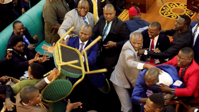 Parlamento do Uganda transforma-se num campo de batalha