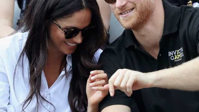 Harry e Meghan Markle quebraram o protocolo real por terem dado as mãos