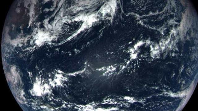 Satélite a caminho de asteróide capta imagem de grande beleza da Terra
