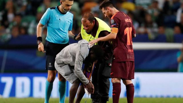Adepto invade Sporting-Barcelona para beijar... chuteira de Messi