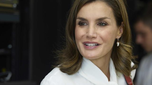 Rainha Letizia deslumbra com look elegante e discreto